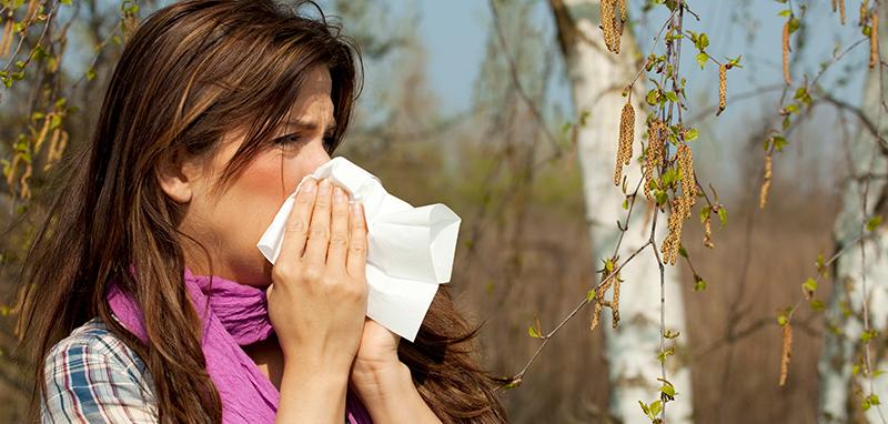 Kvinde pudser næse pollen allergi