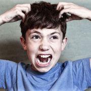 dreng kloer sig desperat i hovedbunden